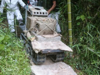 解体した石をキャタピラ車で運びます。