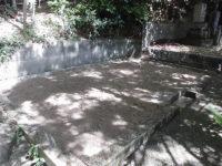 石碑解体後、土を補充し整地します。